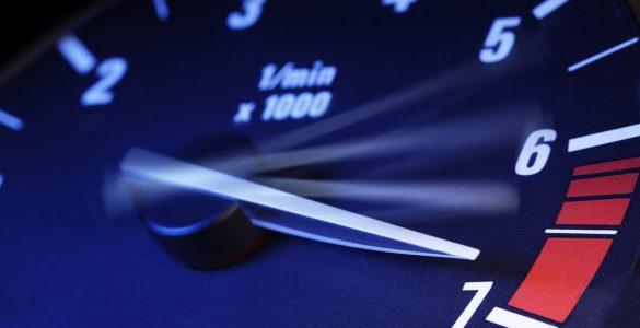 Nahaufnahme Tachometer, schnelle Geschwindigkeit