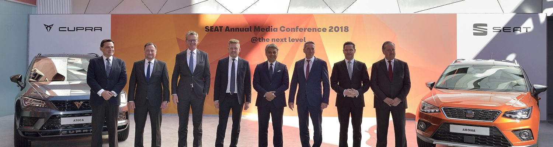 Bild von Mehreren Personen von der SEAT Jahresbilanz-Konferenz, auf der die SEAT Elektro-Fahrzeuge angekündigt wurden.
