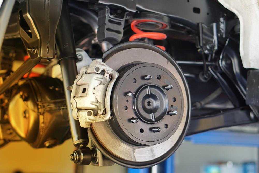 Nahaufnahme Bremse am Auto ohne Reifen, Bremsen entlüften