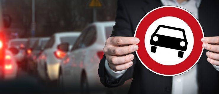 Fahrverbot Schild, Stau im Hintergrund